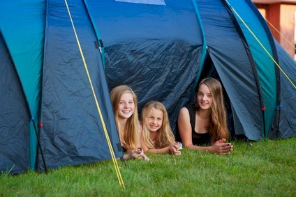 three girls camping © Ramona Heim - Fotolia.com
