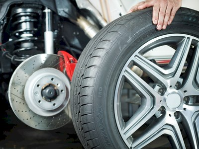 Car mechanic is changing a tyre in a garage © Karin & Uwe Annas - Fotolia.com